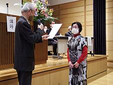 修了証書を授与される代表・松永さん
